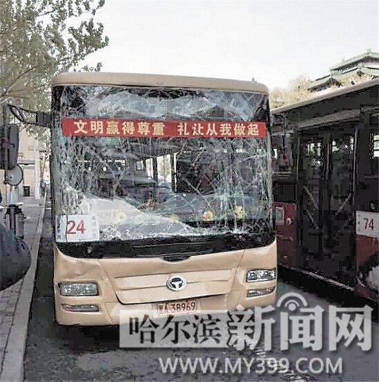 汽车新闻、车市行情,随时随地想看就看-哈尔滨一24路公交车追尾致高清图片