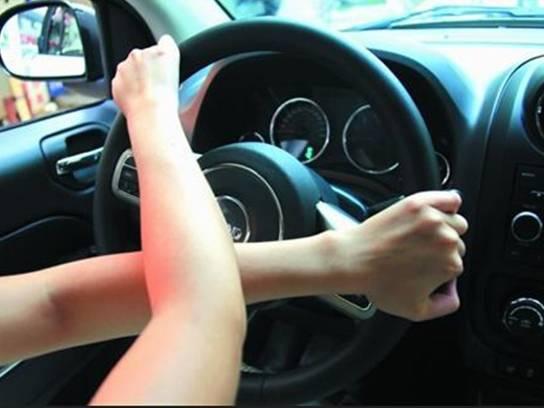 这样很帅吗 老司机为何看不惯新手掏方向盘