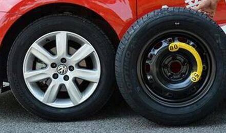 为什么汽车备胎四年就要换?如表面无裂痕能否不换?