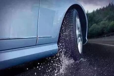 老天又开雨季模式 雨天开车轮胎打滑怎么办?