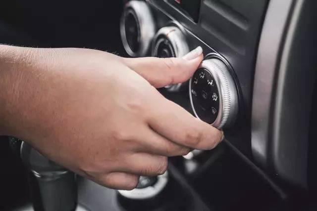 为什么汽车上空调不费电 而是费油?