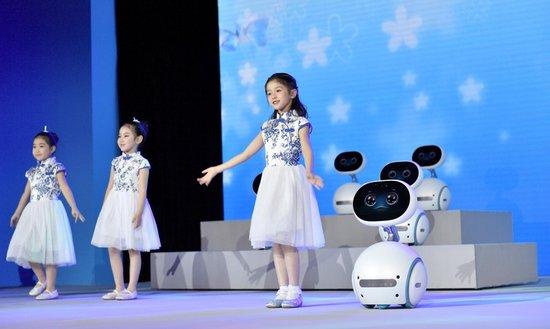 """华硕首款智能机器人""""小布""""发布,售价6999元起"""