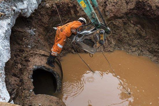 昆明北京路水管爆裂 致路面积水交通受阻