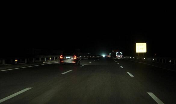 为何高速路都没路灯 难道夜间一直开远光灯