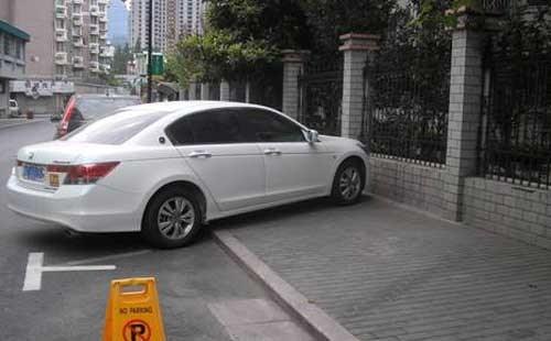 违停把路堵 上海警方使用高音喇叭驱离乱停车辆