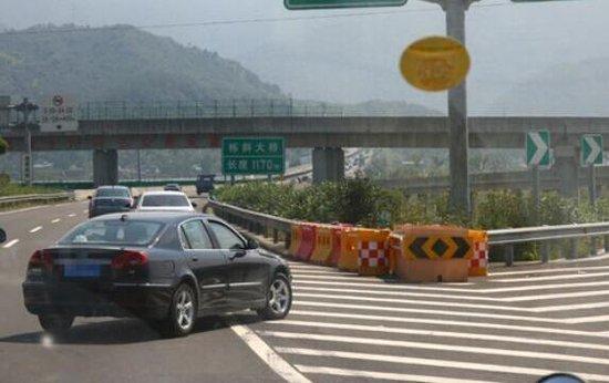高速路上这8种行为扣完12分 哪种危险最大