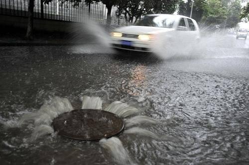 提醒:暴雨天路面积水高过车轮2/5时就需停车