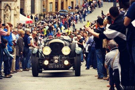 意大利小镇举办老爷车拉力赛