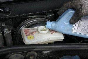 汽车制动液作用大 更换要及时