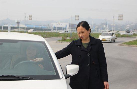 """平安驾校""""每周一星""""金牌教练员—刘群莉"""