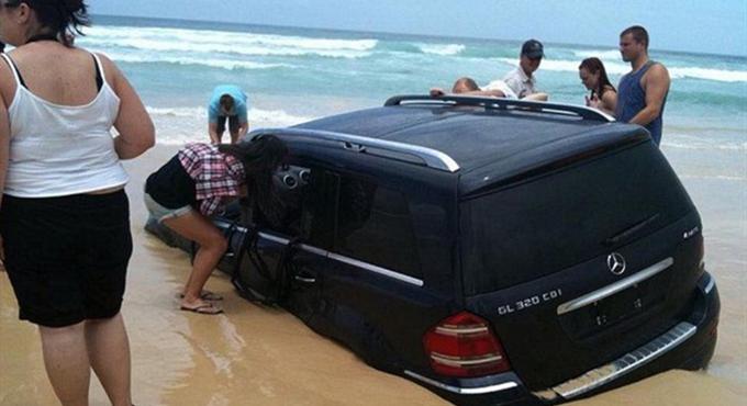 男子开百万越野车到沙滩玩 好心情全毁了