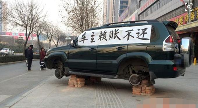 包工头将普拉多停在路边 车只剩一个轮胎