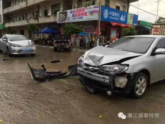廉江吉水市场三车连环相撞!雨天行车要慢点