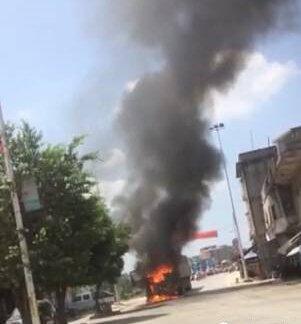 廉江大货车车头烧成废铁 摩托车被夹在货车前轮