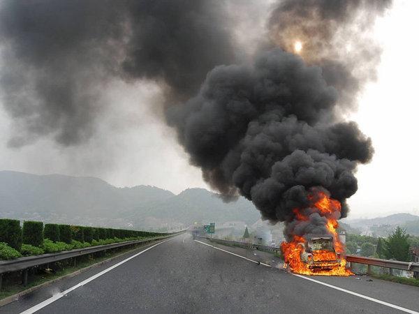 夏日车辆自燃原因解析 不要让爱车上火