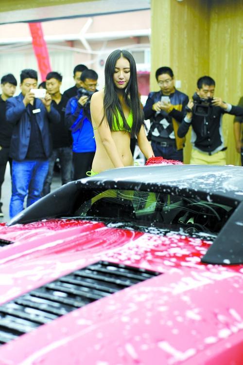 郑州现比基尼女孩洗车 洗一次188元引热议 汽