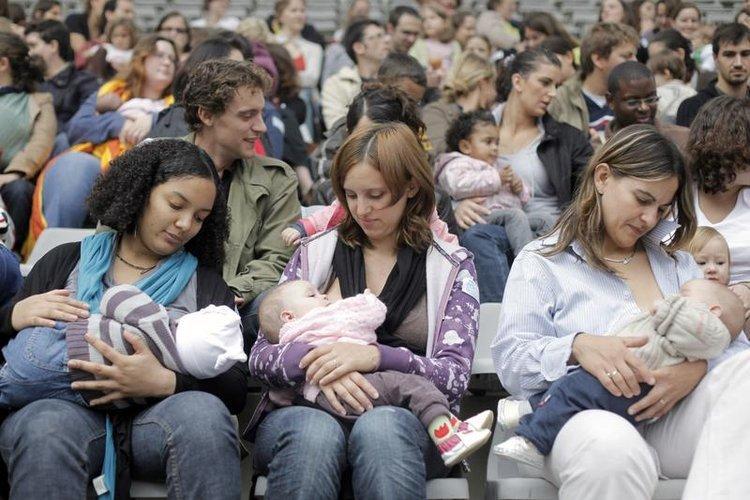母乳喂养周法国母亲集体喂乳 育儿要闻
