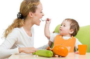 培养宝宝自己吃饭的最佳时机,错过了就等着追着喂吧!