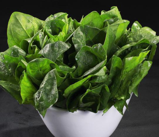 鲜菠菜水   原料:   菠菜50克、香油适量.   做法:   1、将菠菜洗净后