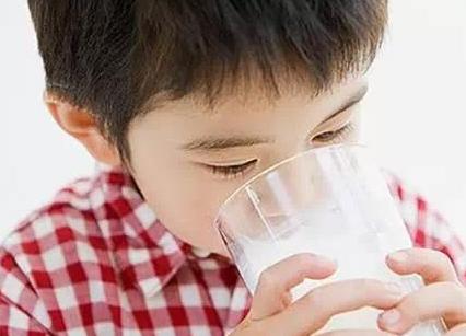 """别给孩子喝:5种""""伪营养""""奶"""