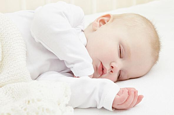 健康睡眠学问 别跟BB睡姿较劲