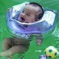 夏天儿童学游泳好处多