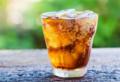 夏天狂喝碳酸饮料会泡坏牙齿