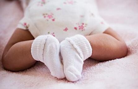 宝妈疑问:宝宝不穿袜子图片