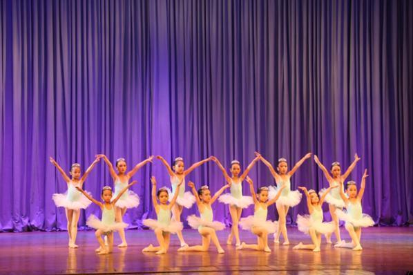 内场的精品芭蕾舞演出分为上、下半场两部分。帷幕准时拉开,上半场的第一个节目《练习曲》一亮相就吸引了满场观众的热烈掌声,12位5-7岁的香港华高国际儿童艺术团的中国区R&BowBaby-Fashion教学资源中心大师班的小学员和老师们在舞台上展现了芭蕾的基训过程,平均年龄3岁半的小学员们可以如此流畅的表演难度不小的选自《胡桃夹子》二幕糖果王国糖果舞,台风稳定,全场雷鸣,实属不易,更有热情似火的代表性舞蹈《俄罗斯》,舞台上的两对男女学员从一登台即获得了观众的热烈掌声,无论是从服装造型到舞蹈动作,还是台上的双