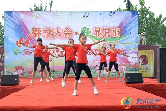 比赛的序幕,随后孩子们给大家表演了拉丁舞,儿童歌曲等多姿多彩的表演图片