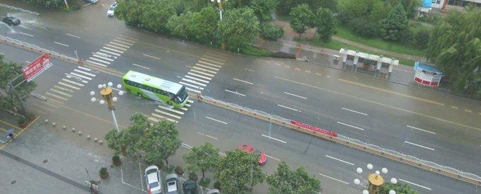 涿州连夜大雨后 多地内涝 838公交正常运营