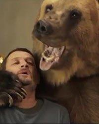 视频:伊涅斯塔拍圣诞广告 与狗熊一起生活