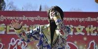 当地歌手演唱民族歌曲