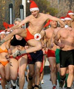 视频:加拿大街头圣诞老人裸奔 当街做俯卧撑