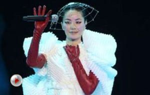 """王菲时隔八年香港开唱 """"妇唱夫随""""李亚鹏到场助阵"""