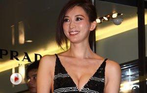 视频:林志玲低胸露背抢镜 侯佩岑大呼胸不如人