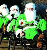 """视频:丹麦街头惊现""""绿色""""圣诞老人"""