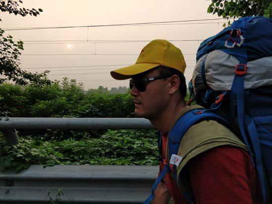 """一个盲人""""西行漫记"""":从北京40天徒步到西安"""