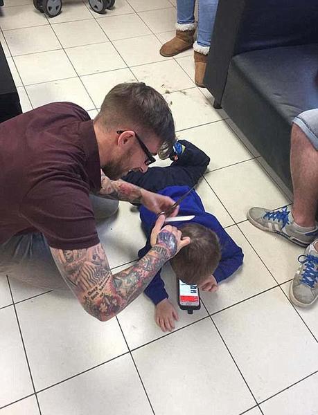 英理发师变换方法为自闭症小孩理发广获赞誉