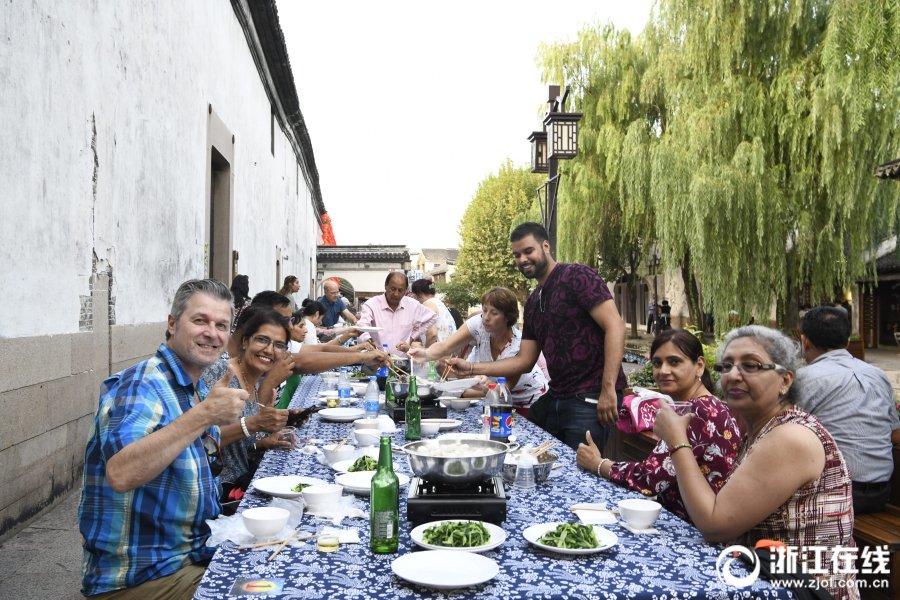 品味百米鱼宴 中外游客共度中秋