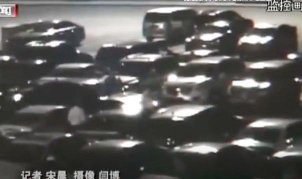 停车纠纷司机故意撞人