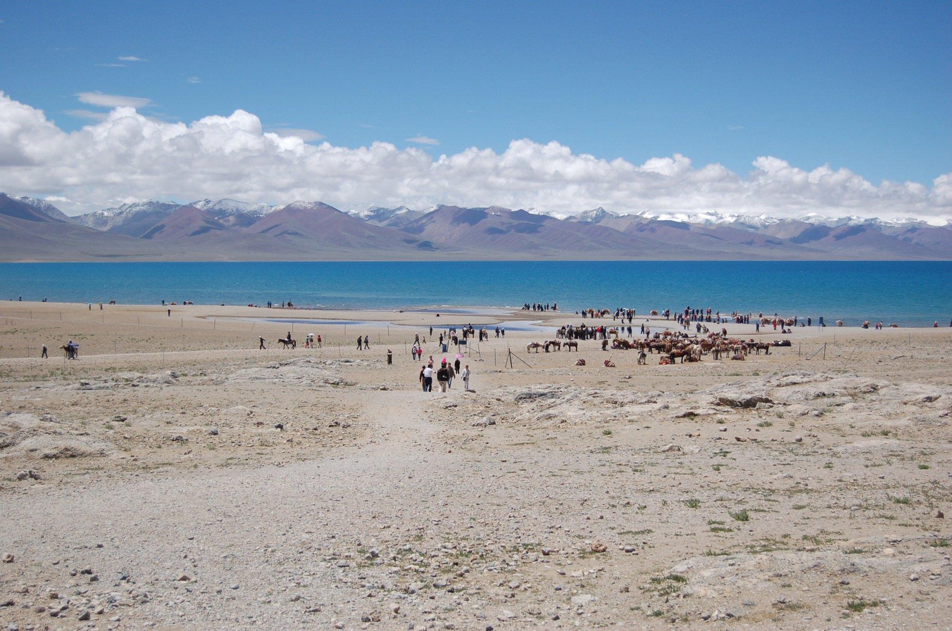200多名因强降雪滞留西藏纳木措游客已撤离