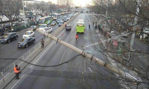 广外大街一电线杆倾斜砸到公交车