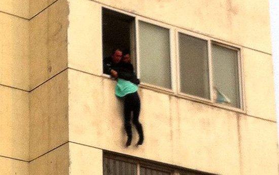 通州一老人悬空10楼窗外 坠落瞬间邻居施救