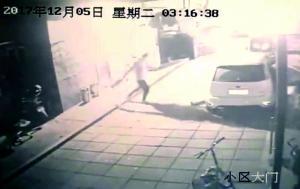 海淀一男子疑似喝醉 连抡5灭火器砸车