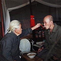91岁母亲和70岁盲人儿子相依为命