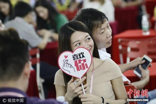 女大三抱金砖 调查称杭州姐弟恋婚姻占3成以上