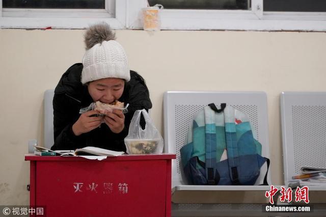 """考研进入倒计时 高校学子""""挑灯夜战""""备考"""