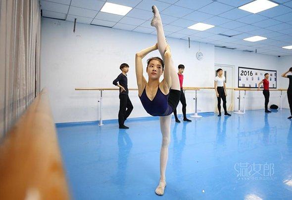 00后女生赴京艺考 曾住地下室每天练舞12小时