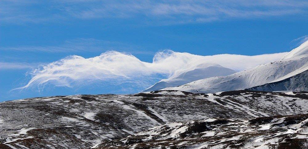 青海:蓝天下的阿尼玛卿雪山 巍峨壮丽